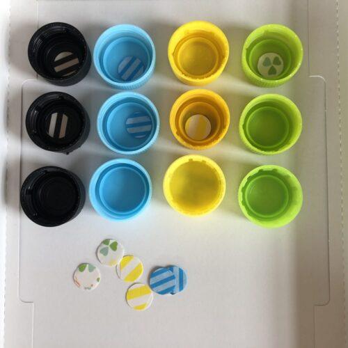ダイソークラフトパンチとペットボトルのキャップで指先を使った知育あそび