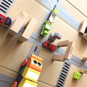 空き箱で作るミニカー道路「トミカタウン」